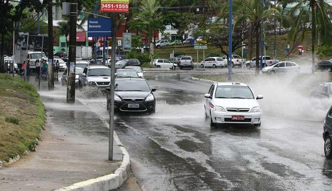 Tempo chuvoso liga sinal de alerta em Salvador; trânsito também segue intenso - Foto: Luciano da Matta | Ag. A TARDE