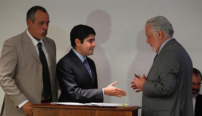 ACM Neto, prefeito de Salvador, e o governador Jaques Wagner estendem a mão para acabar com novela - Foto: Lúcio Távora | Ag. A TARDE