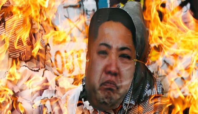 Manifestantes protestam contra o líder norte-coreano, Kim Jong-un, na Coreia do Sul. - Foto: Agência Reuters