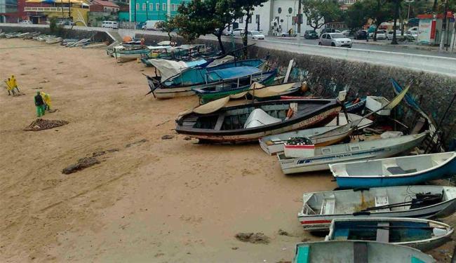 Barcos ficaram na areia por conta do mar agitado - Foto: Edilson Lima | Ag. A TARDE