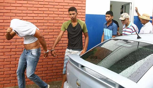 Na foto, os acusados Diogo, de branco; Marcos, de camisa com detalhe verde; e Jonatas,de camisa azul - Foto: Luciano da Matta   Ag. A TARDE