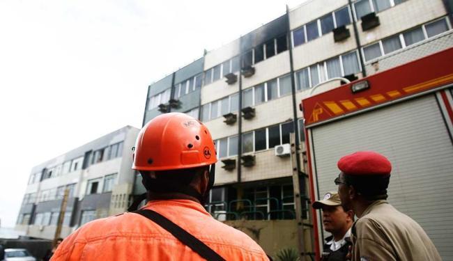 Fogo teve início no terceiro andar do prédio - Foto: Raul Spinassé / Ag. A TARDE