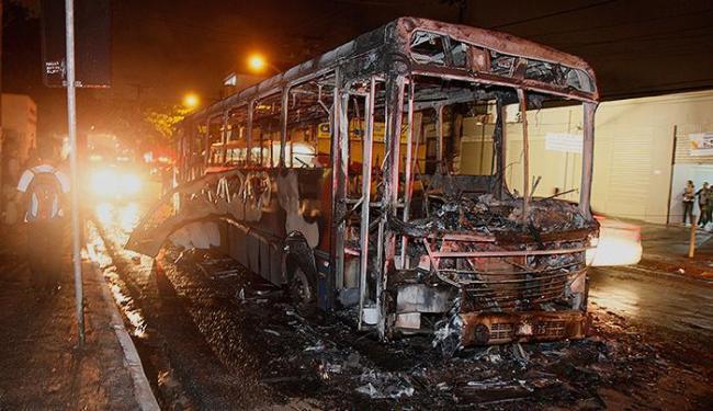Grupo queima um ônibus e fecha as vias durante protesto - Foto: Joá Souza   Ag. A TARDE