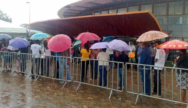 População enfrenta chuva para regularizar situação eleitoral - Foto: Edilson Lima   Ag. A TARDE
