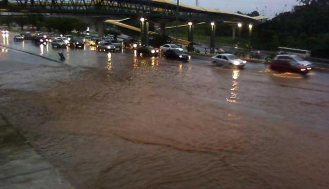 Av. Paralela, nas proximidades de Pituaçu, alagada devido a chuva desta quinta-feira - Foto: Marcus Bezerra | Foto do leitor