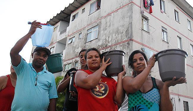 Boca da Mata: moradores transportam água em baldes - Foto: Lúcio Távora | Ag. A TARDE