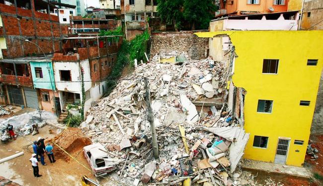 Edifício tinha cindo andares e fica localizado na Rua Monsenhor Rubem Mesquita - Foto: Fernando Vivas / Ag. A TARDE