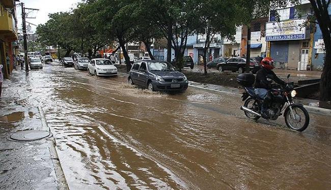Lobato foi um dos bairros onde a chuva causou transtornos durante esta semana - Foto: Joá Souza | Ag. A TARDE
