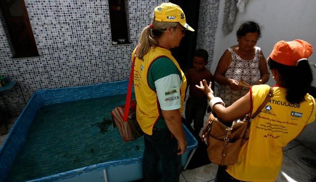 Agentes da Vigilância Epidemiológica fiscalizando casas em Feira de Santana - Foto: Luiz Tito   Ag. A Tarde