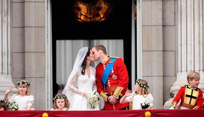 O casamento de Wiliam e Kate chamou a atenção do mundo em 2011 e popularidade do casal continua em a - Foto: Agência AFP