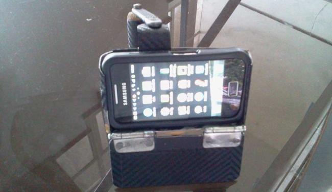 Produto artesanal permite que celular fique apoiado na mesa - Foto: Paula Pitta | Ag. A TARDE