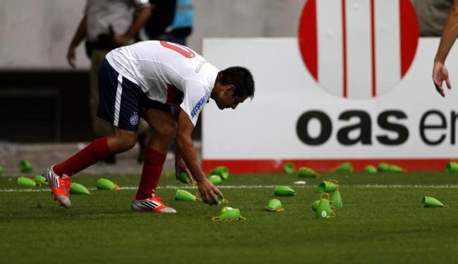 As caxirolas foram retiradas do campo por jogadores do Bahia - Foto: Raul Spinassé | Ag. A TARDE