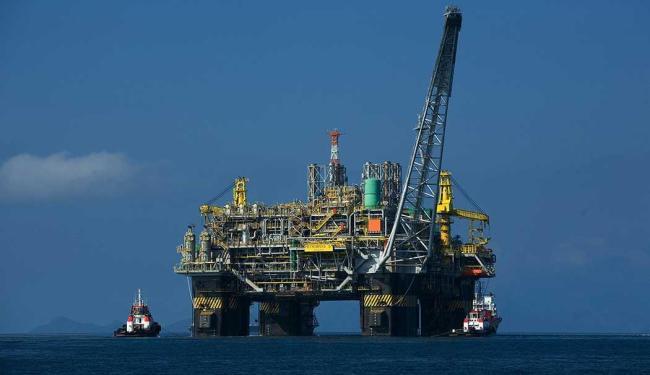 Plataforma P-51 produz 180 mil barris de petróleo e 6 milhões de metros cúbicos de gás por dia - Foto: Divulgação Petrobras   ABr