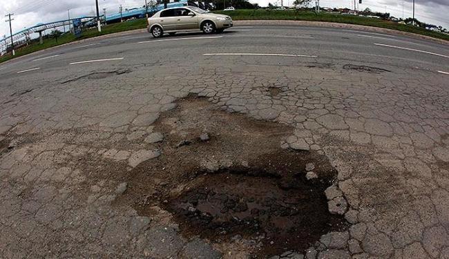 Pavimento apresenta estragos nos dois sentidos da via - Foto: Lúcio Távora | Ag. A TARDE
