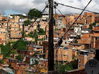 Ligações clandestinas em postes de energia no bairro de São Marcos - Foto: Fernando Vivas   Ag. A TARDE