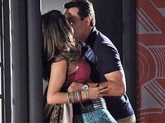 Theo encontra Morena e os dois se beijam - Foto: Divulgação   TV Globo