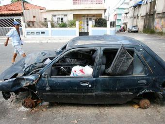 Um Ford Fiesta, está abandonado na Rua Saturno, em Pernambués - Foto: Marco Aurélio Martins | Ag. A TARDE