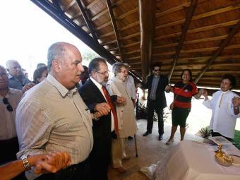 Conselheiros, dirigentes e torcedores rubro-negros comemoram os 114 anos do Vitória no Barradão - Foto: Raúl Spinassé   Ag. A TARDE