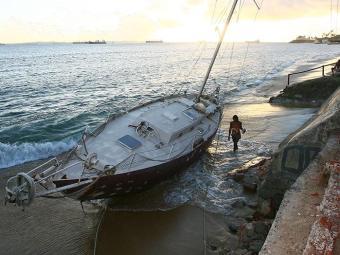 Embarcação apareceu na praia, em Itapagipe - Foto: Fernando Amorim | Ag. A TARDE