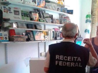 Agentes procuram produtos falsificados e pirateados - Foto: Divulgação | Receita Federal