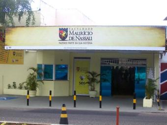 Os bandidos arrombaram o caixa eletrônico da instituição de ensino - Foto: Divulgação
