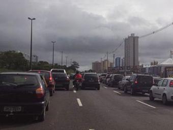 Retorno que dá acesso ao Trobogy, em frente ao Shopping Paralela, está congestionado - Foto: Foto do leitor Victor Brito