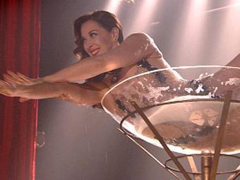 Lívia Marini ainda teve tempo para cair na taça de champanhe - Foto: Divulgação   TV Globo