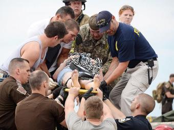 Polícia, bombeiros e voluntários ajudam no resgate aos sobreviventes do tornado - Foto: Agência Reuters