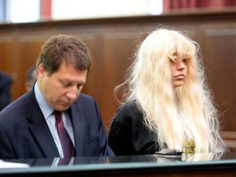 Amanda Bynes e o advogado durante audiência - Foto: Splash News | Reprodução