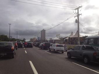 Motorista enfrenta retenções na Paralela - Foto: Foto do leitor Victor Brito