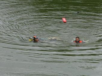 Segundo populares, a vítima se afogou ao tentar pegar uma bola no dique - Foto: Arestides Baptista | Ag. A TARDE