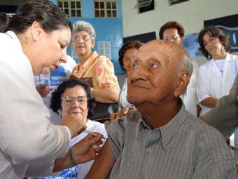 A eficiência da vacina contra a gripe em idosos fica em 50%, aponta estudo - Foto: Antonio Queirós   Ag. A TARDE   Arquivo