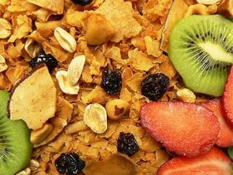 Alimentos ricos em fibras, como a granola, ajudam a diminuir crises de fome noturna - Foto: Divulgação