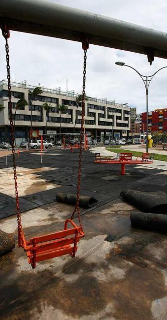 Praça Nossa Senhora da Luz, na Pituba, em má estado de conservação - Foto: Marco Aurélio Martins | Ag. A TARDE