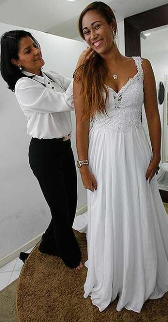 Assessora de casamentos Andrea Bastos atende a noiva Sheila Suzarte - Foto: Margarida Neide | Ag. A TARDE