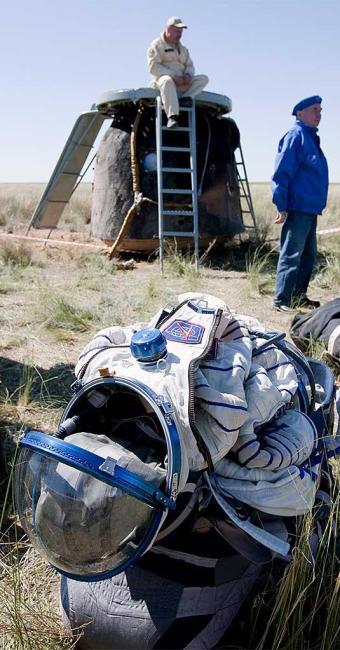 Ao fundo, a cápsula russa Soyuz - Foto: Agência Reuters