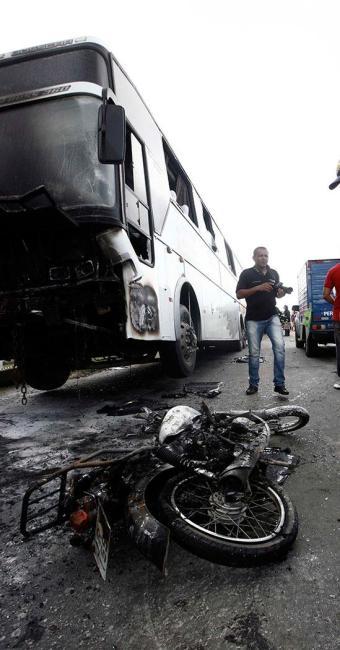 Dois homens que estavam na motocicleta morreram na hora - Foto: Luiz Tito | Ag. A TARDE
