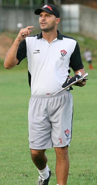 Flávio, hoje auxiliar no Vitória, estava em campo quando o Leão levou 5 a 0 do Juventude em 96 - Foto: Abmael Silva Ag/ A Tarde