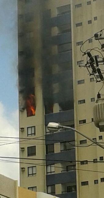 Fogo atingiu um dos apartamentos do edifício Água Marina - Foto: Rogério Teles Lino | Foto do Leitor | Ag. A TARDE