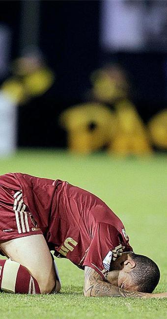 Reação de Bruno, do Fluminense, após o resultado que tira o time da Libertadores - Foto: Agência Reuters