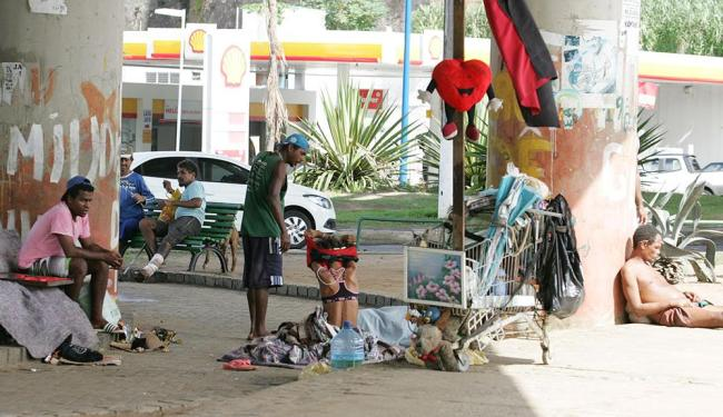 Grupo se acomoda como pode embaixo do viaduto - Foto: Joa Souza | Ag. A TARDE