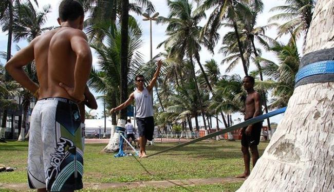 Participantes da festa aproveitaram para fazer atividades como o slackline - Foto: Joá Souza | Ag. A TARDE
