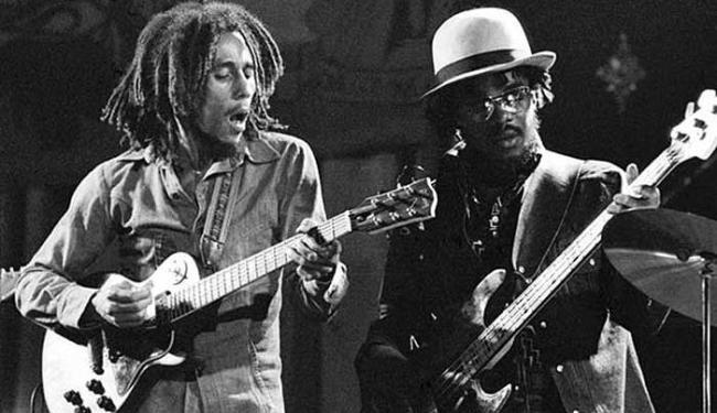 Bob Marley e Aston Barret durante show dos Wailers - Foto: Divulgação