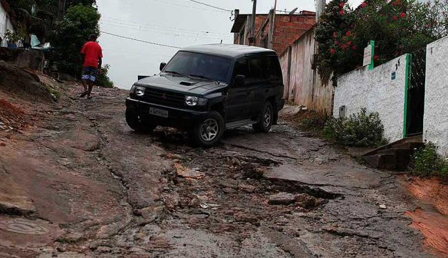 Buracos transformam a rua São João, em Águas Claras, em solo lunar - Foto: Edilson Lima | Ag. A TARDE