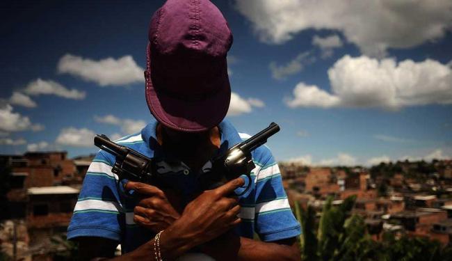 Ensaio fotográfico mostra cenas de adolescentes carregando armas - Foto: Lunaé Parracho | Ag. Reuters