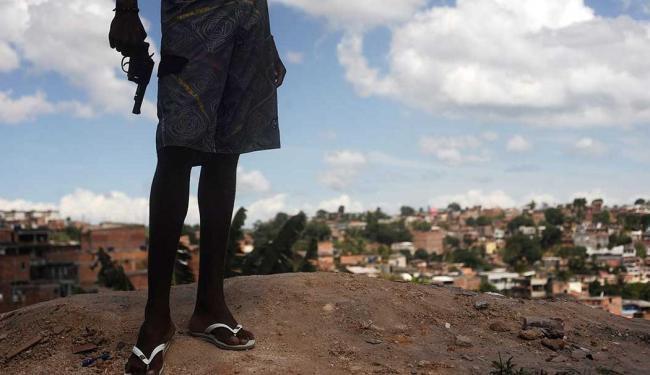 Matéria do Daily Mail trouxe imagens de menores armados em periferias de Salvador - Foto: Lunaé Parracho | Reuters