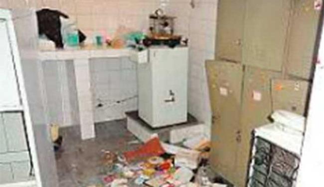Lixo espalhado no alojamento dos funcionários de limpeza - Foto: Divulgação