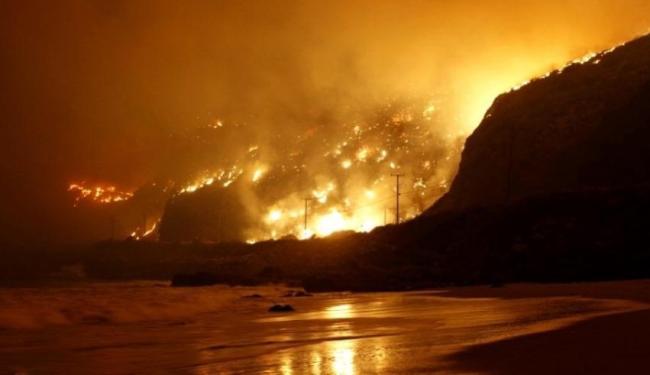 O fogo devastou uma ampla área de vegetação no condado de Ventura - Foto: Reuters