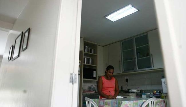 Sandra fez um acordo com sua patroa e anota todos os dias os horários cumpridos - Foto: Raul Spinassé | Ag. A TARDE