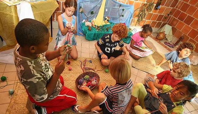 Meninas e meninos costuram juntos em escola de Lauro de Freitas (BA) - Foto: Arestides Baptista | Ag. A TARDE